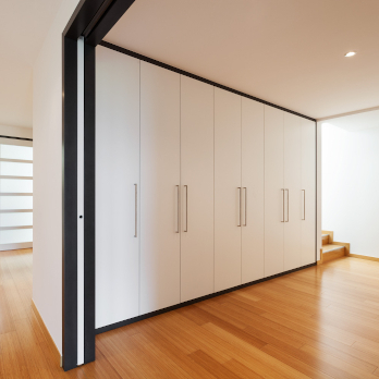 Skříně s pantovými dveřmi